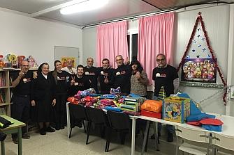 """Los voluntarios de la AMM hacen la entrega de los juguetes de la campaña """"Un Motero, Un Juguete 2015"""""""