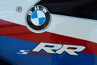 BMW Motorrad alerta del riesgo de bloqueo de la rueda trasera en las S1000RR