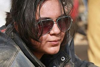 Joven, mujer, motera y pakistaní el cóctel de una Heroína