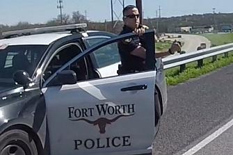 Un policía texano rocía con espray de pimienta a los moteros