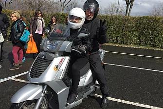 ¿Quién dijo que si no ves, no puedes conducir una moto?
