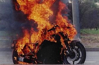 San Sebastián ve arder dos motos más