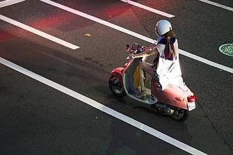 Sustituir un 10% de automóviles por motos reduciría un 40% los atascos
