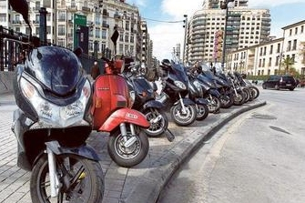 La Policía de Valencia fotografía a las motos aparcadas en la acera