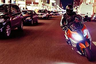 Sustituir el 10% de los coches por motos reduciría un 50% la contaminación