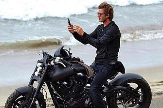 David Beckham pillado infraganti con el móvil