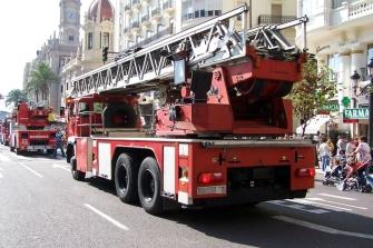 Arden dos motos y seis coches en Valencia