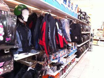 ¡La AMM denuncia a Carrefour por venta de prendas de seguridad para motoristas sin homologar!
