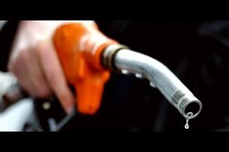 El precio de la gasolina alcanza niveles récord y el consumo se hunde