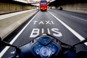 El PP de Barcelona reclama que las motos circulen por el carril bus como prueba piloto